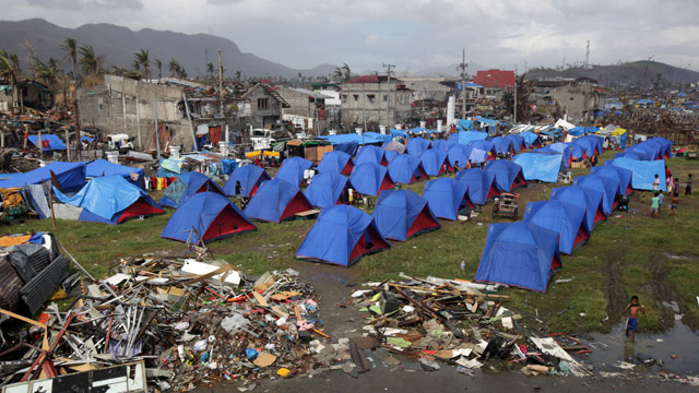 haiyan-survivor-tents-epa-51109635-20131122